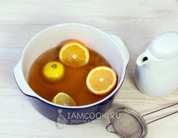 Положить апельсин и лимон в чай