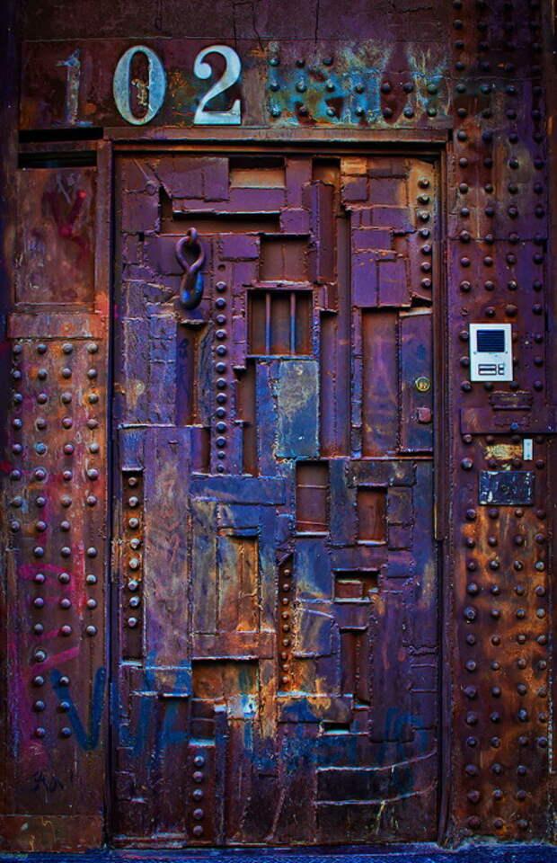 За этой дверью должно быть спрятано что-то невероятно ценное.