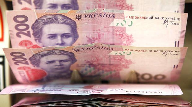 Украина теряет гривну: как девальвация нацвалюты скажется на уровне жизни населения