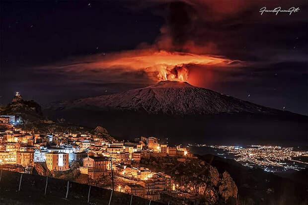Фотографы представили снимки извергающегося на Сицилии вулкана Этна