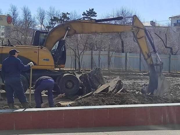 Театральную площадь перекрыли в Чите - начали снимать асфальт