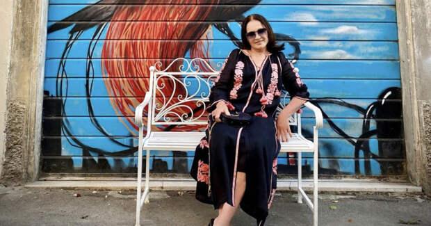 74-летняя София Ротару прогулялась в черно-красной вышиванке