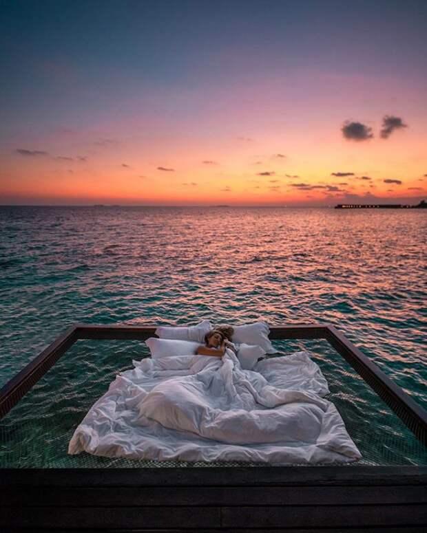 11 офигенных фото отеля, в котором можно спать на кровати прямо над океаном