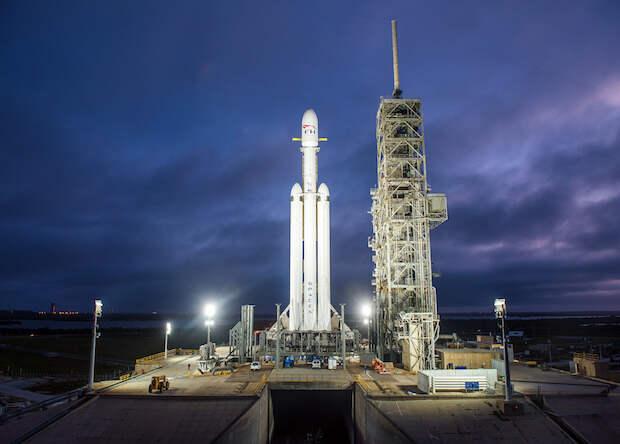 SpaceX показала видео Falcon Heavy на стартовой площадке