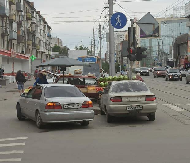 Автохамы недели. Машина ГИБДД под запрещающим знаком и торговцы фруктами прямо на переходе