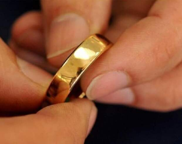 Кольцо в руках