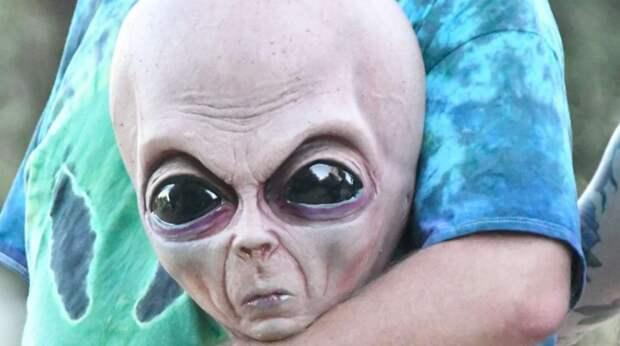 Американка встретилась с настоящим пришельцем лицом к лицу, сняла его на камеру и показала видео в Сети
