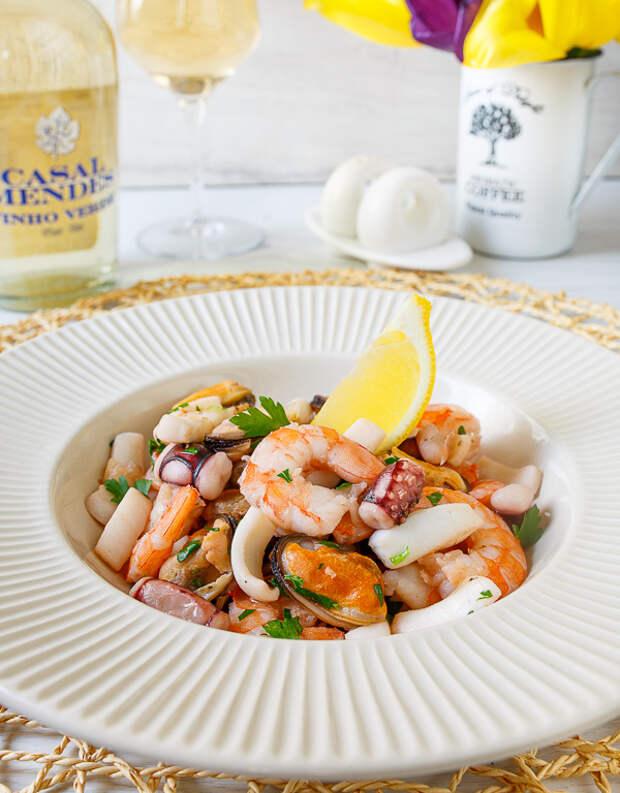 Коктейль из морепродуктов в белом вине