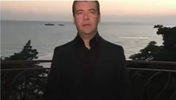 По тем временам это было ново. Не было такого количества видеоблогеров на поляне. Мирно плывущий за спиной Медведева военный кораблик Шарий тоже счел не случайным.