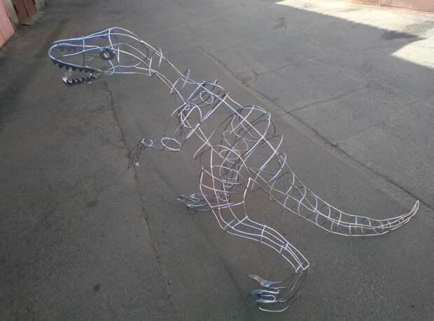 Скульптура динозавра из проволоки