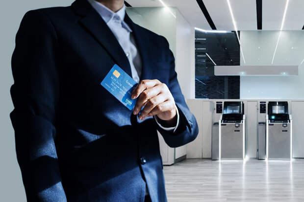 Банки вдвое снизили число выданных кредитных карт