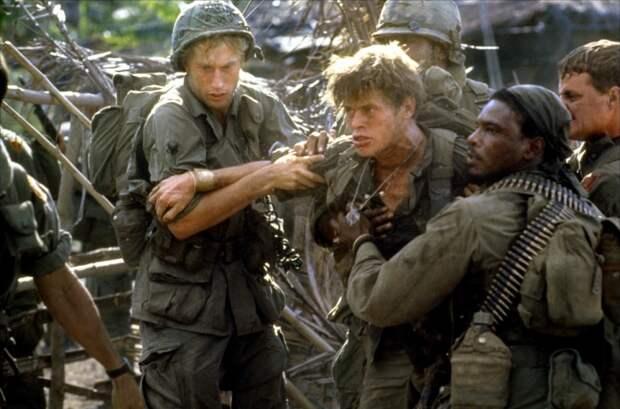 Кадры из фильма Взвод (Platoon, 1986) - фото актеров и актрис из ...