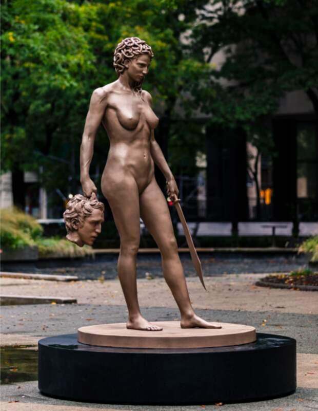 ВНью-Йорке установили статую Медузы Горгоны сотрубленной головой Персея