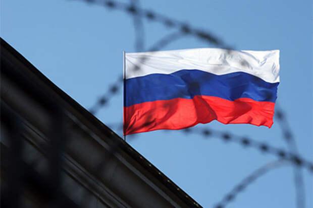 Московские подростки изрисовали свастикой и подожгли флаг России