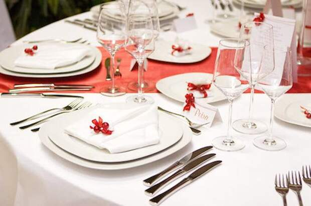 Сервировка стола — дело тонкое, даже если торжество протекает в домашних условиях.