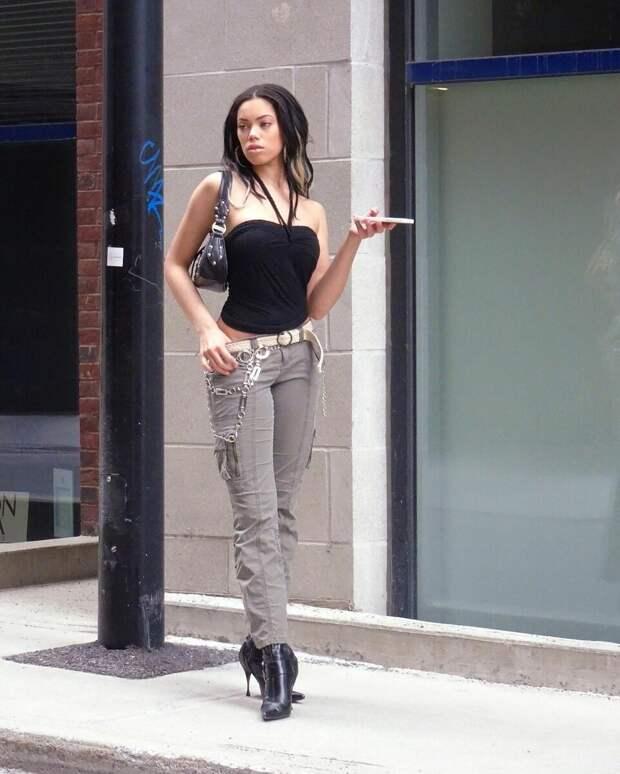 Эта девушка из TikTok примерила стиль 2000 года - джинсы с низкой посадкой и так далее