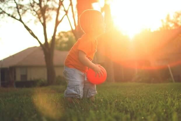 Мальчик во дворе