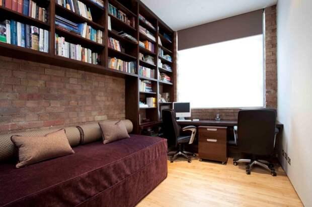 Системы хранения у потолка идеальны для узкой комнаты.