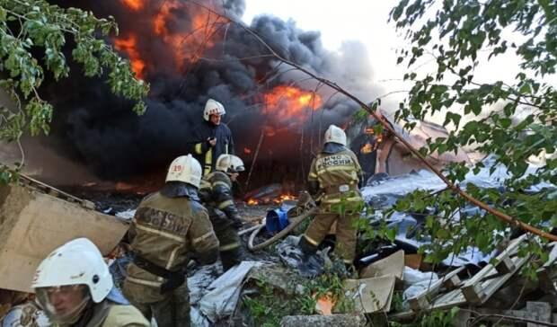 Ангар обрушился, рядом бочки сГСМ: пожар локализован впромзоне Екатеринбурга