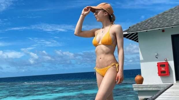 Фигуристка Бойкова выложила первые фото с отдыха — в полупрозрачном топе и желтом купальнике