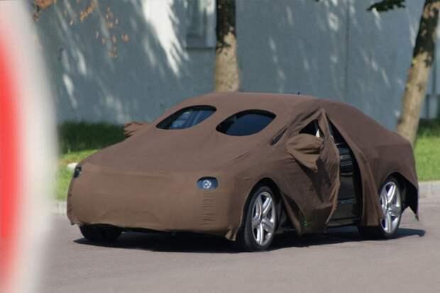 С прототипом A7 специалисты Audi использовали старый проверенный способ маскировки — покрывало. Похоже, что еще бабушкино. испытания, прототип