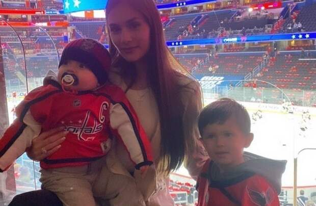 Жена Овечкина показала его главных болельщиков: оба сына пары пришли нахоккей