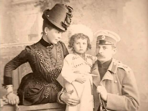 Князь и княгиня с первенцем Николаем   Фото: liveinternet.ru
