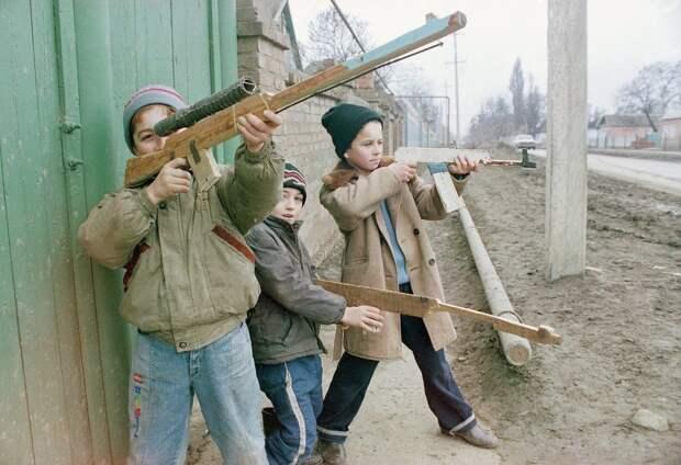 Грозный, дети играют в войну. 1995 год.