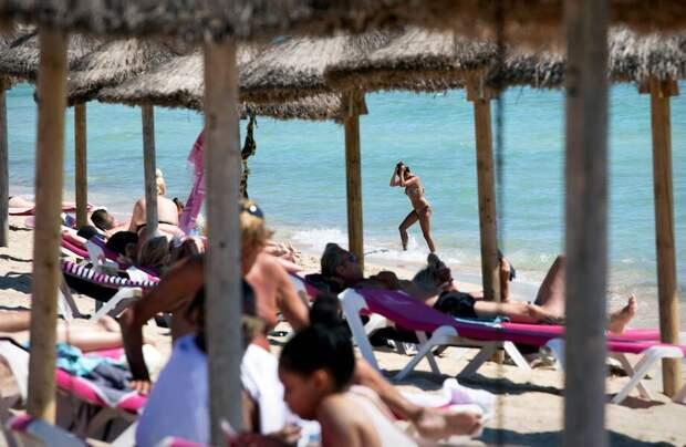 Фото дня: пляжи Испании начали заполнять путешественники