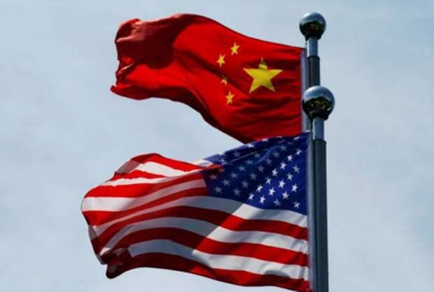 Флаги Китая и США в Шанхае, Китай, 30 июля 2019 года. REUTERS/Aly Song