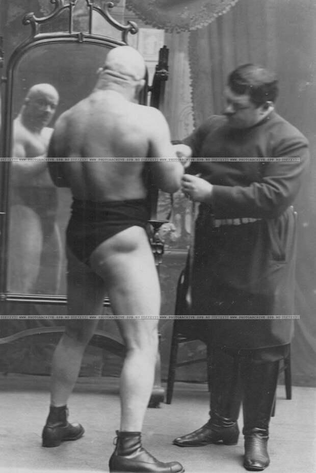 0_aca88_2d59376e_XXLИ.В.Лебедев измеряет объем руки чемпиона тяжелого веса.