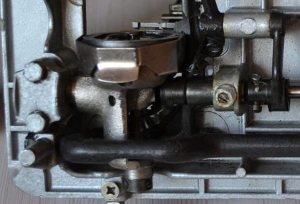 Регулировка вертикального положения челночного хода швейной машины Чайка