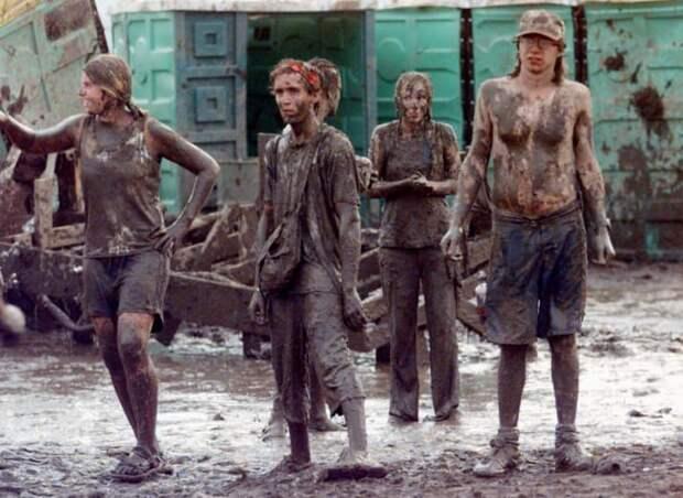 Питьевые фонтанчики быстро сломали, люди беззаботно купались в грязи 90-е, Вспомним, Фестиваль, вудсток, музыка, рок, трэш, фото