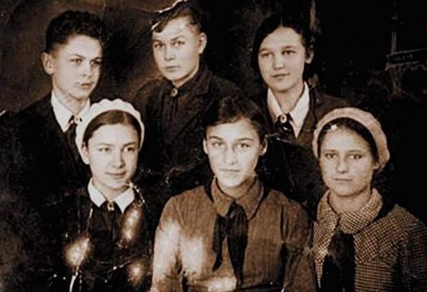 Нонна Мордюкова (1-й ряд, в центре) с сёстрами и братьями, 1930-е годы. | Фото: ru.wikipedia.org.