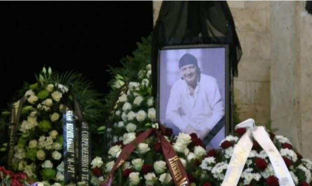 Могила Дмитрия Марьянова стала местом обитания бомжей и алкоголиков