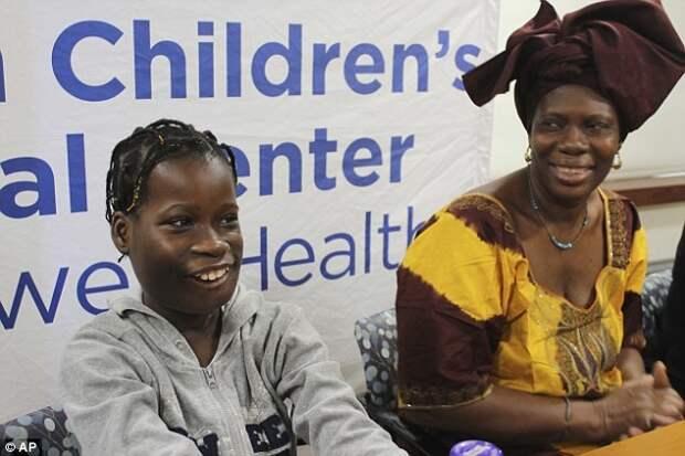Джанет Сильва и ее мать Филомена улыбаются на пресс-конференции в детской больнице Cohen Children's Medical Center в Нью-Йорке врачи, операция, опухоль