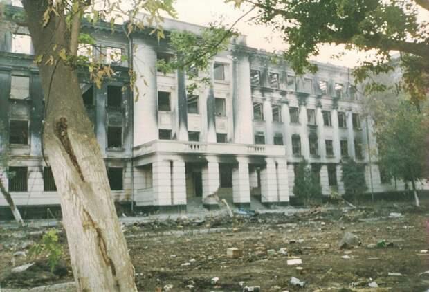Здание, которое находилось напротив УФСБ. Внём располагался отдел «Вымпела». Оно сильно пострадало отобстрелов