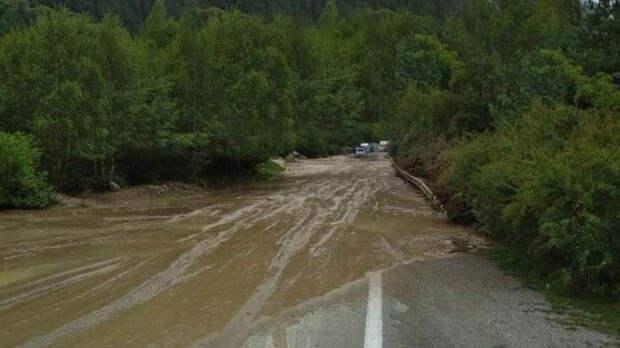 Селевой поток заблокировал альпинистов в лагере в Кабардино-Балкарии