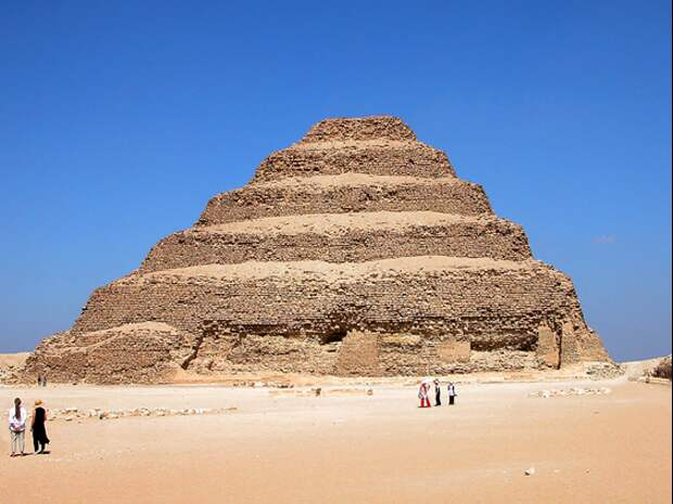 Пирамида Джосера. Автор: Dennis Jarvis from Halifax, Canada - Egypt-12B-021 - Step Pyramid of DjoserUploaded by X-Weinzar, CC BY-SA 2.0, https://commons.wikimedia.org/w/index.php?curid=18688297