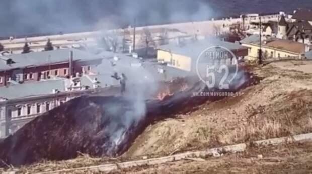Пожар вцентре Нижнего: трава загорелась нанабережной Федоровского
