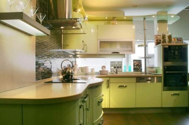 Оливковая кухня с белыми столешницами и мягким желтым освещением