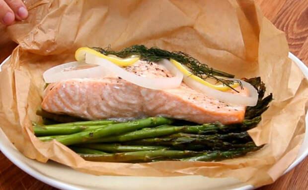 Рыба в духовке получается словно на пару. Складываем из бумаги пакет, который надувается сам