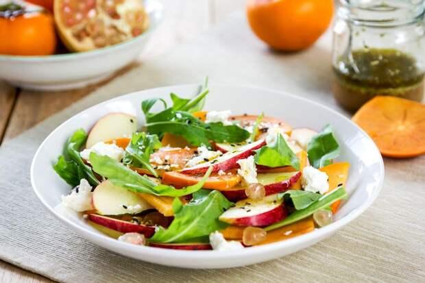 Салат-пятиминутка с хурмой, яблоком и сыром фета