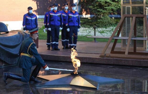 В Александровском саду провели профилактику Вечного огня