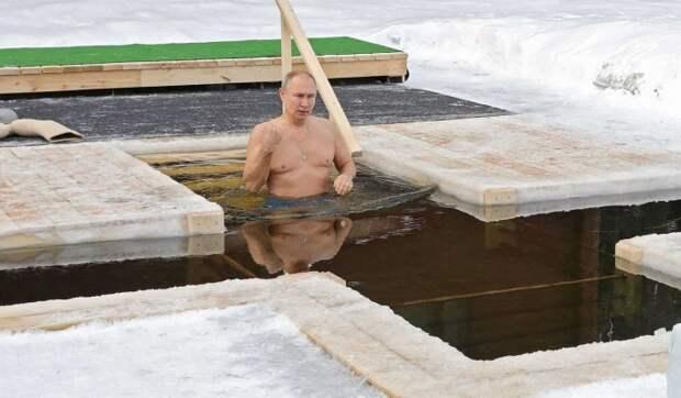 Обнародовано видео купания Путина в крещенской проруби