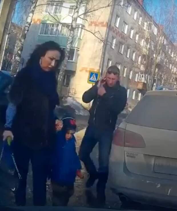 Родители перевозят ребенка в багажнике