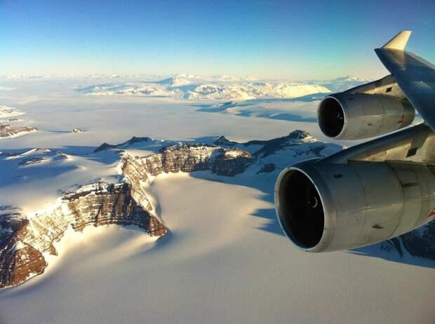 Вид из окна экскурсионного самолёта пролетающего над Антарктидой