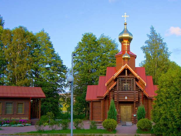 Верующие Петербурга протестуют против сноса в Озерках храма-самостроя