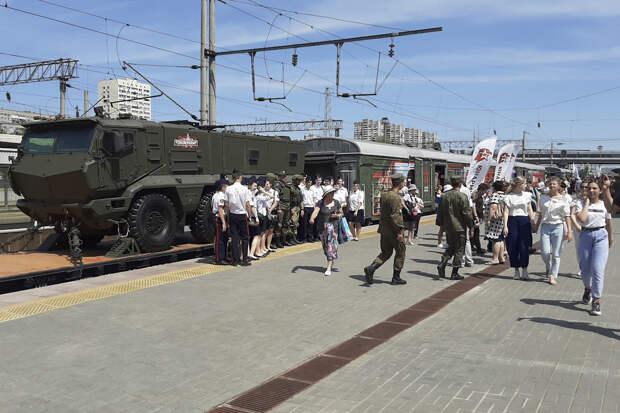 Около 12 тыс. человек посетили тематический поезд «Мы — армия страны! Мы — армия народа!» в Волгограде