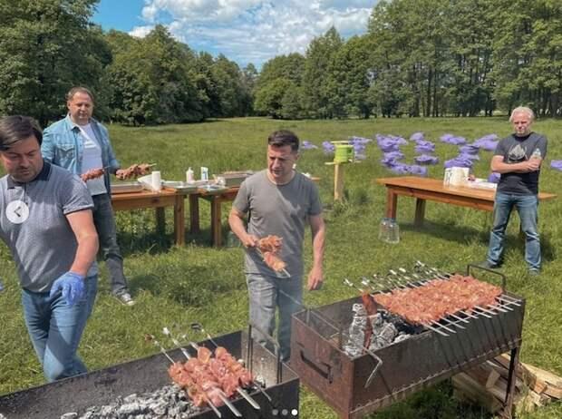 Украинцы назвали вылазку Зеленского на шашлыки «клоунадой»